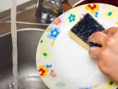 Como limpar a esponja de louças?