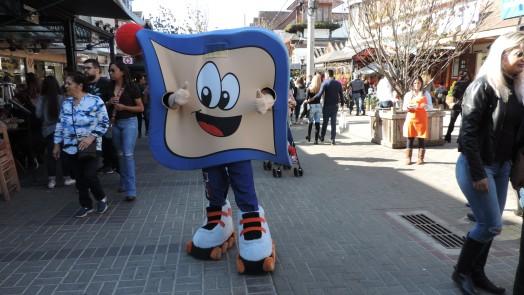 Mascote Pirinha do Mercadinho Piratininga faz sucesso no Capivari em Campos do Jordão!