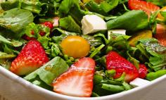 Salada de rúcula com morango e hortelã!