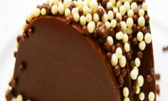 Brigadeirão com bolinhas de chocolate