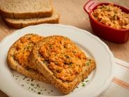 Torrada de pão preto com frango cremoso